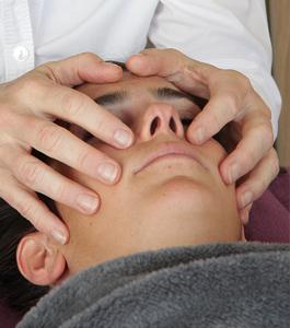 Osteopathie kann bei chronischen Kopfschmerzen helfen